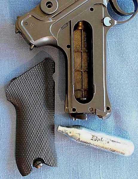 Umarex P-08 CO2 BB pistol CO2 compartment